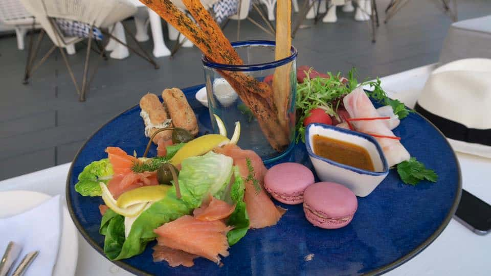 Finger food available to indulge in before dinner - smoked salmon, macaroons, spring rolls, bread sticks, eclairs and salad with spicy sauce. A really deluctable appetizer before dinner